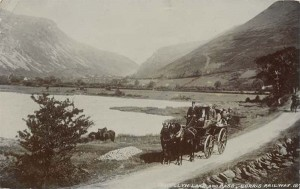 A coach full of people on Grand Tour passing Talyllyn Lake in Wales, circa 1907. Photo: Public Domain