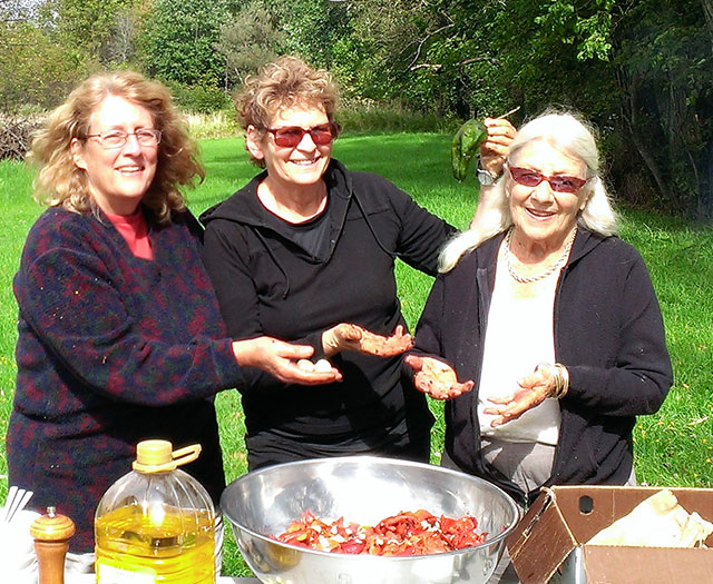 Mary, Ellen, Isis with a bowl of roasted peppers. Photo: Jochen Seickmann