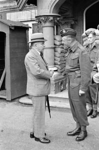 Major-General George R. Pearkes meeting with Prime Minister William Lyon Mackenzie King during a visit to the 1st Canadian Infantry Division, August 26, 1941.  Library and Archives Canada, MIKAN# 3191612