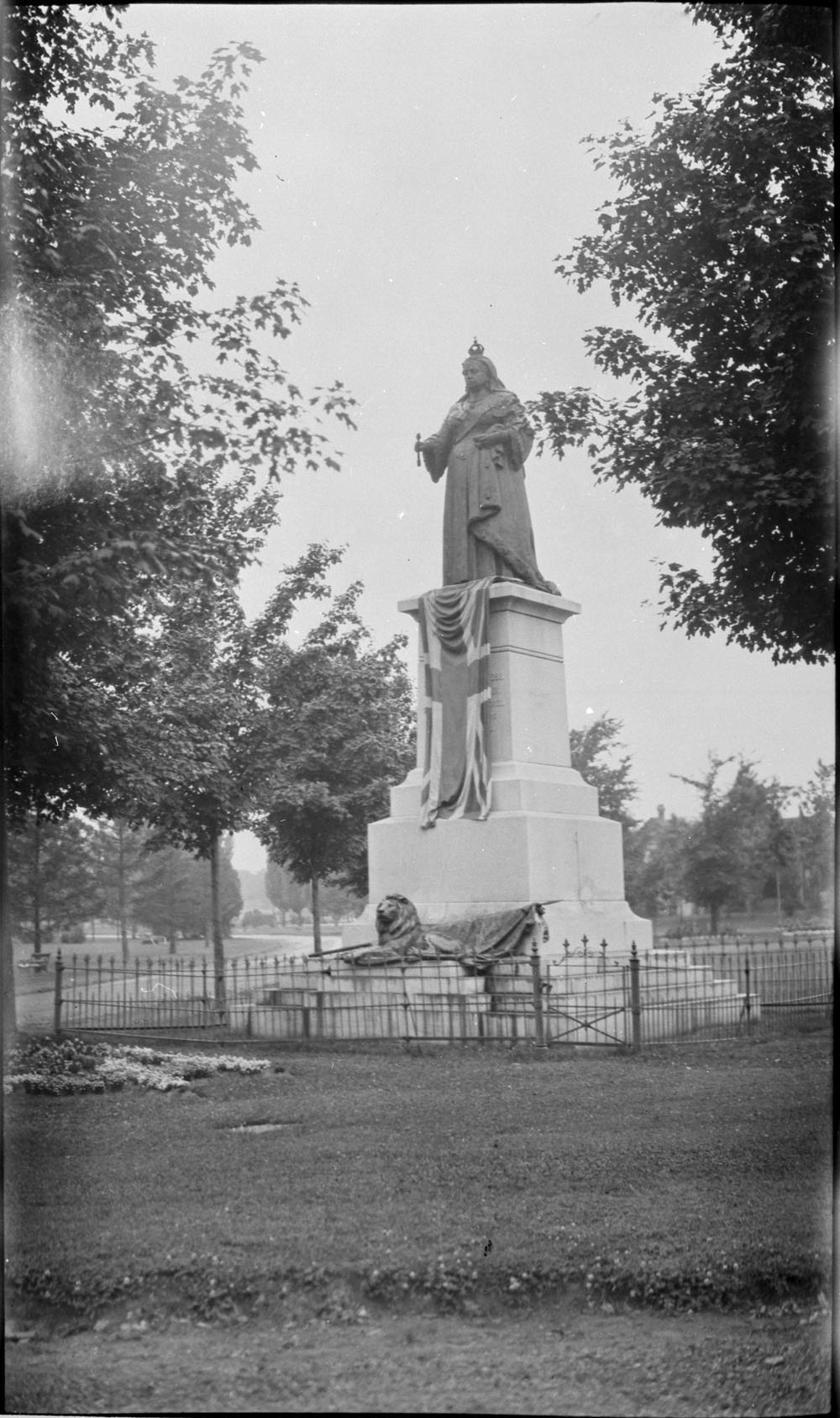 The Queen Victoria Monument in the logically named Victoria Park in Kitchener, Ontario.  Photo: John Boyd.  Library and Archives Canada, 1971-120 NPC
